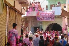 Am Holi-Farbfestival in Mathura, Rajastan Indien stockfotografie