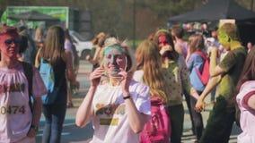 Holi festival av färger som skjutas i ultrarapid Flickadans stock video