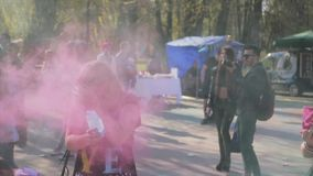 Holi festival av färger som skjutas i ultrarapid Roliga flickor lager videofilmer