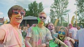 Holi festival Ungdomarsom tar en selfie lager videofilmer
