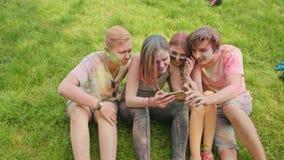 Holi festivalcelebranter som håller ögonen på foto på telefonen stock video