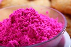 Holi kolor w pucharze z zamazanym gujiya przekąsza Zdjęcia Stock