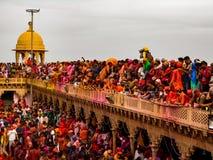 Holi in vrindavan de menigtefotografie van Mathura stock foto's