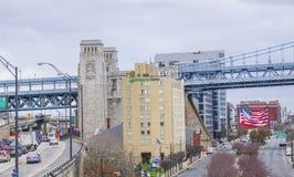 Holiday Inn uttryckligt hotell på Benjamin Franklin Bridge i Philadelphia - PHILADELPHIA/PENNSYLVANIA - APRIL 6, 2017 arkivbilder
