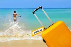 holiday maleta con la etiqueta Fotografía de archivo