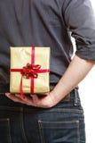 holiday Parte posterior de ocultación de la caja de regalo de la sorpresa del hombre detrás Fotos de archivo