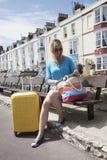 Holidaymaker med den gula resväskan och BBhotell fotografering för bildbyråer