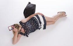 Holidaymaker med passet och bagage arkivfoto