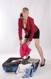 Holidaymaker som packar en resväska arkivbilder
