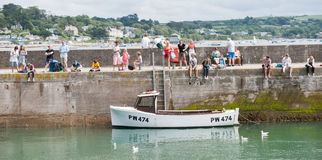 Holidaymakers on Padstow breakwater. Stock Images