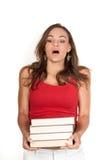 Holidings de jeune fille une pile des livres image libre de droits