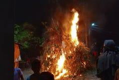 Holika som är dahan på helgdagsaftonen av Holi royaltyfria foton
