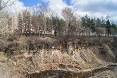 Holinka河的陡峭的海岸在早期的春天 勒热夫,特维尔地区 库存图片