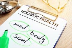 Holistische Gesundheit und Wörter kümmern sich, Körper und Seele stockfotos