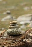 Holistiska balansera stenar i natur Arkivbild