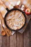 Holländare behandla som ett barn pannkakan med äpplen i en panna Vertikal bästa sikt Arkivfoton