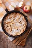 Holländare behandla som ett barn pannkakan med äpplen i en pannacloseup lodlinjeöverkant VI Arkivbilder