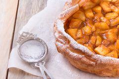 Holländare behandla som ett barn pannkakan med äpplet Arkivfoton