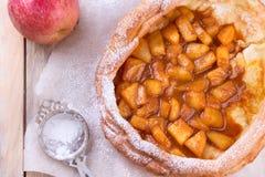 Holländare behandla som ett barn pannkakan med äpplet Arkivbild
