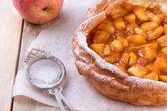 Holländare behandla som ett barn pannkakan med äpplet Royaltyfri Fotografi