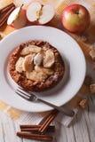 Holländare behandla som ett barn pannkakan med äpplet och kanel vertikalt Royaltyfri Foto