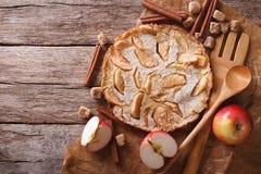Holländare behandla som ett barn pannkakan med äpplet på ett papper horisontalbästa sikt Royaltyfria Bilder