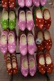 holländare målade försäljningen shoes trä Royaltyfri Fotografi