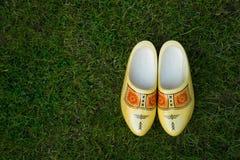 Holländer Klompen auf Gras Stockbilder