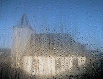 Holländer verbesserten Kapelle durch ein Fenster mit Regentropfen Stockbilder