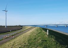 Holländische Dikewindmühle und -brücke Lizenzfreie Stockbilder