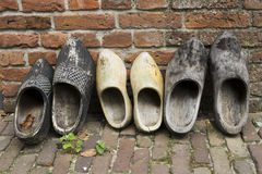 Holländische hölzerne Schuhe in einer Reihe Stockfoto