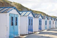 Holländische kleine Häuser auf Strand die Niederlande Stockfotos