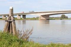 Holländische konkrete Brücke, die den Fluss IJssel kreuzt Lizenzfreie Stockbilder