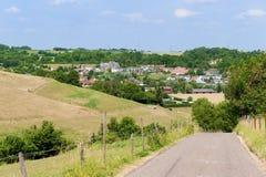 Holländische Landschaft mit Dorf Lizenzfreie Stockfotografie