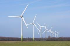Holländische landwirtschaftliche Landschaft mit windturbines Stockfotografie