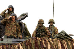Holländische Soldaten nach einem Panzer lizenzfreie stockfotografie