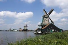 Holländische Windmühle auf einem Kanalrand Stockfotografie