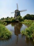 Holländische Windmühle auf einem Polder Stockfotografie