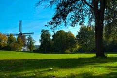 Holländische Windmühle in den Herbst-Farben stockfoto