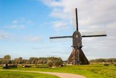Holländische Windmühle der rückseitigen Ansicht im Herbst lizenzfreies stockfoto