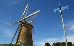 Holländische Windmühle gegen einen blauen Himmel Lizenzfreie Stockfotos