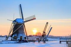 Holländische Windmühle im Winter lizenzfreies stockbild