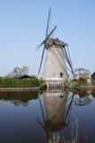 Holländische Windmühle reflektiertes Wasser Stockfoto