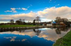 Holländischer Bauernhof nah an See Lizenzfreies Stockfoto