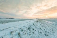 Holländischer Dike abgedeckt mit Schnee im Winter Stockfotos