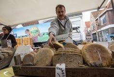 Holländischer Käse auf einem Straßenmarkt in Alkmaar Stockbilder