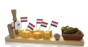 Holländischer Käse und Essiggurke mit roter weißer blauer Markierungsfahne Stockfotografie