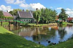 Holländisches Dorf. Zaanse Schans, die Niederlande. lizenzfreie stockfotografie