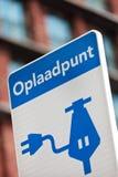 Holländisches Zeichen für die Aufladung eines elektrischen Fahrzeugs stockfotos