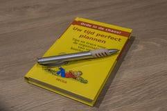 Holländsk bok om Time-ledning med Pen About At Amsterdam The Nederländerna 2018 arkivbild
